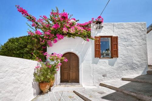 Fassade der traditionellen weißen Häuses in Lindos auf Rhodos