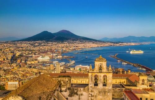 Stadt von Neapel mit Berg. Vesuv bei Sonnenuntergang,Kampanien,Italien