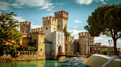 die Burg Rocca Scaligera in Sirmione am Gardasee, Italien