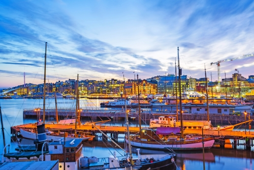 Oslo-Stadt, Oslo-Hafen mit Booten und Yachten in der Dämmerung in Norwegen