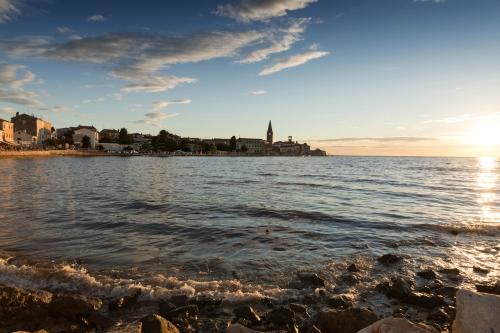 Blick auf die Altstadt von Porec bei Sonnenuntergang, Kroatien