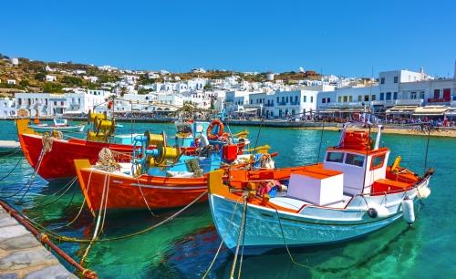 Hafen von Mykonos mit alten Fischerbooten