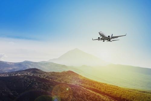 Flugzeug fliegt am Sonnenuntergang Himmel Hintergrund - Reisekonzept