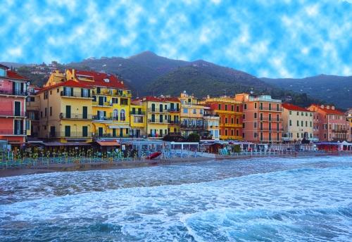 Schöne Aussicht auf das Meer und die Stadt Alassio mit bunten Gebäuden,Ligurien,Italienische Riviera,Region San Remo,Cote d'Azur,Italien