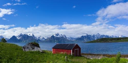 Lyngen Alps Berge und Bootshäuser auf Lyngenfjord Norwegen