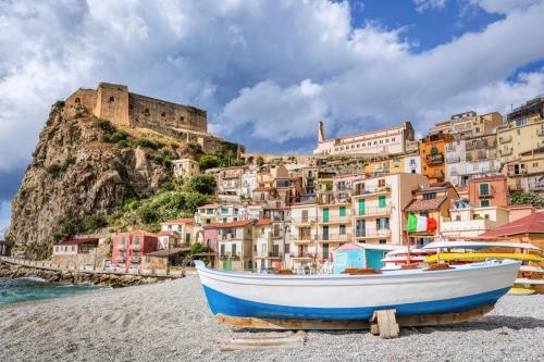 Strand von Scilla mit Castello Ruffo in Kalabrien, Italien