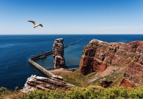 Erhöhte Ansicht von Lange Anna Sea Stack Rock auf Helgoland Insel gegen blauen Meer und klaren Himmel