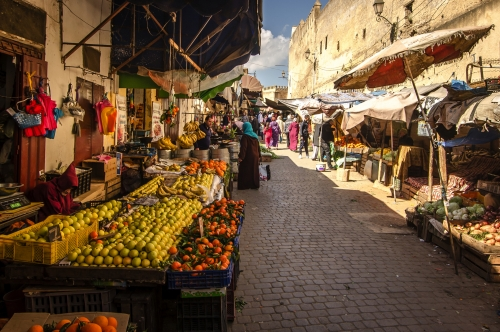 Marokko: Obstmarkt in der alten Medina der Stadt Fez an einem sonnigen Tag