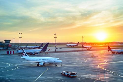 Moderner Flughafen bei Sonnenuntergang