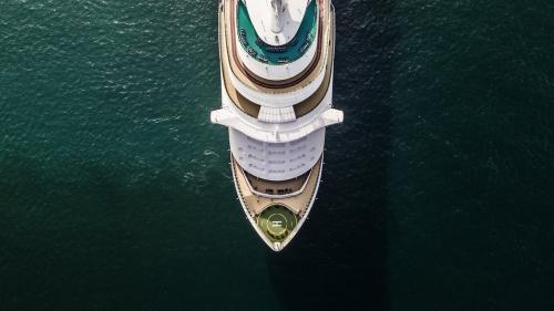 Großes Kreuzschiff der Vogelperspektive in Meer, Passagierkreuzschiff, das über den Golf von Thailand fährt.