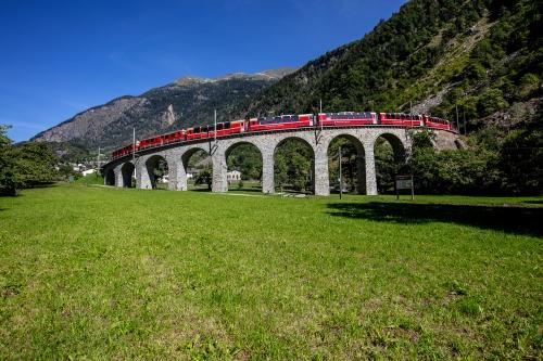 Bernina Express auf dem bekannten Kreisviadukt bei Brusio