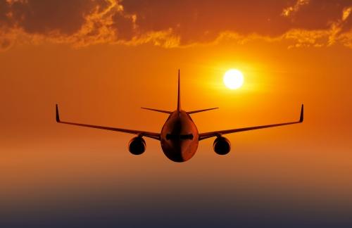 Passagierflugzeug fliegen am Abend oder am Morgenhimmel