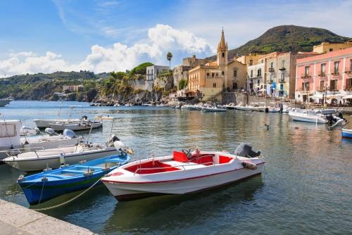 Boote in Marina Corta in der Stadt Lipari