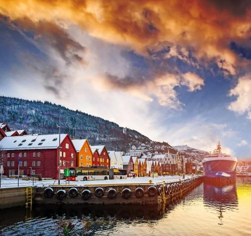 atemberaubende Aussicht auf Bryggen Straße in der Bucht in Bergen bei Sonnenuntergang, Norwegen