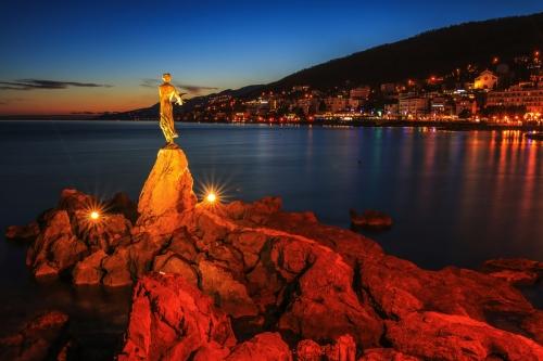 Blick auf die Bucht von Opatija bei Sonnenuntergang, Kroatien