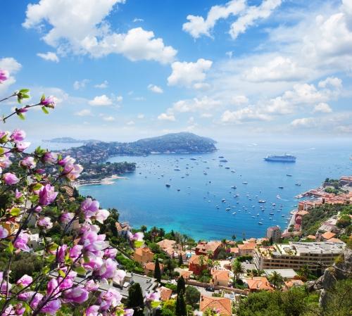 Landschaft der Riviera Küste,türkisfarbenes Wasser und blauer Himmel von Cote d