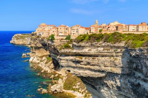 Blick auf die Stadt Bonifacio auf einer hohen Klippe über dem Meer,Korsika Insel,Frankreich