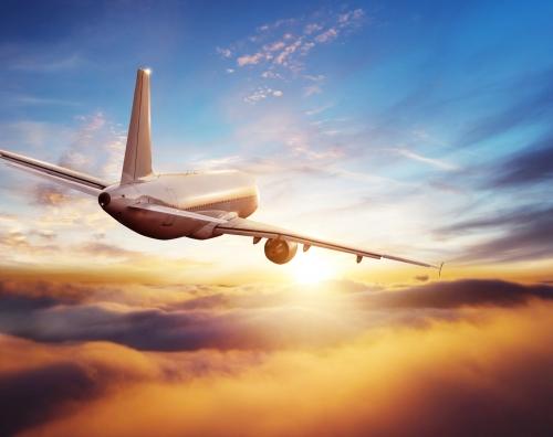 Passagierhandelsflugzeug, das über Wolken fliegt