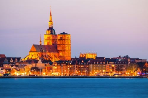 Panoramablick auf die Hansestadt Stralsund zur blauen Stunde in der Abenddämmerung
