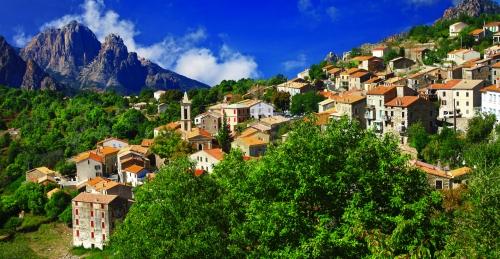 atemberaubende Landschaften von Korsika - Blick auf das Dorf Evisa
