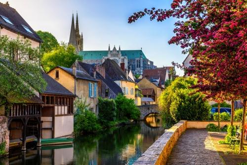 Eure-Ufer mit alten Häusern in einer Kleinstadt Chartres,Frankreich