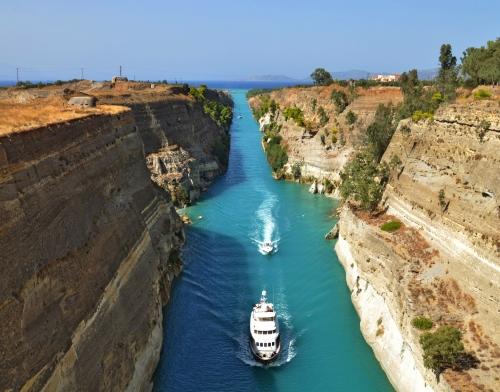 Boote auf dem Corinth Canal in Griechenland
