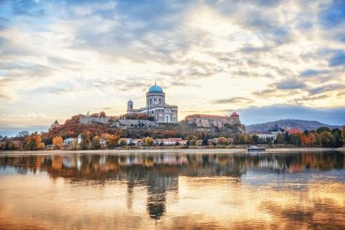 Estergom,die erste Hauptstadt von Ungarn. Fantastischer Morgenblick über die Donau auf der Basilika der Heiligen Jungfrau Maria. Wunderschöne Spiegelungen im Wasser. Berühmtes Reiseziel.