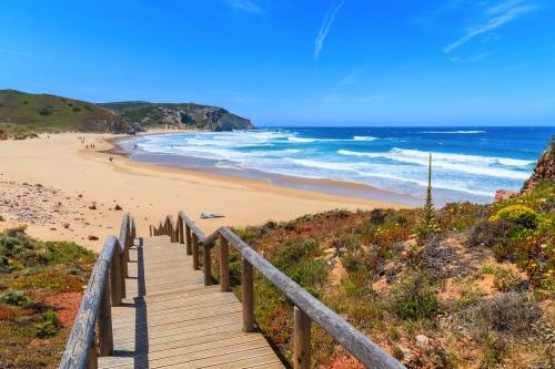 Gehweg zum schönen Strand Praia do Amado,beliebter Ort für Wassersport,Algarve,Portugal