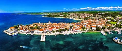 Luftaufnahme der alten Stadt von Porec in Kroatien