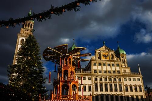 Augsburger Weihnachtsmarkt im Winter mit Blick auf das Rathaus und den Perlachturm