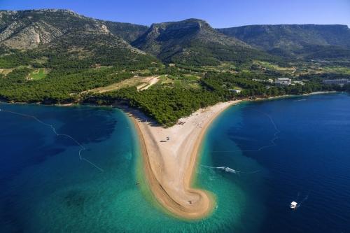 Strand Zlatni rat in Bol entlang der Bračer Küste, Kroatien