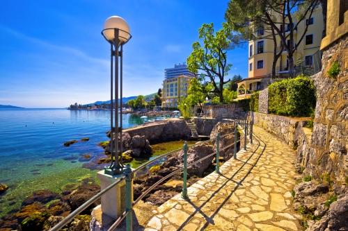 berühmter Gehweg Lungomare in Opatija, Kroatien