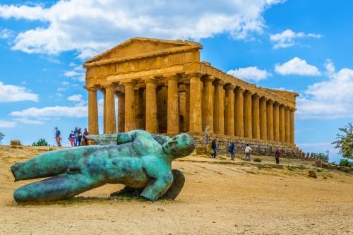 Statue des gefallenen Icaro vor dem Concordia-Tempel nahe Agrigent auf Sizilien, Italien
