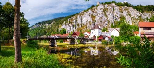 Essing im Altmühltal mit der Burg Randeck in Bayern, Deutschland