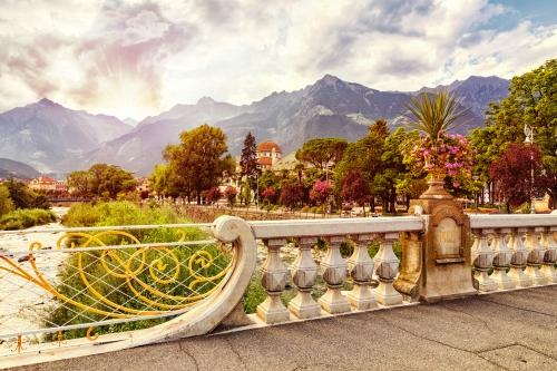 Blick von der Via Rom auf Meran in Südtirol, Italien