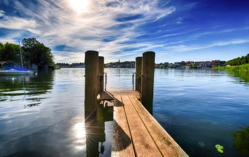 Anlegesteg an einem See in Malchow in Mecklenburg-Vorpommern, Deutschland