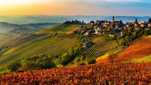 italienisches Dorf aus der Region Langhe im Piemont, Italien