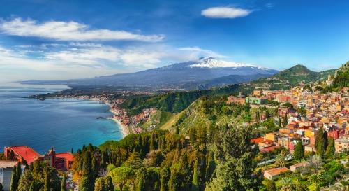 Taormina mit dem Vulkan Ätna im Hintergrund auf Sizilien, Italien
