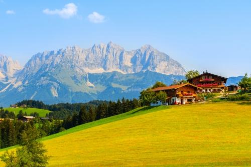 traditionelle Häuser in den Kitzbüheler Alpen, Österreich