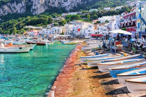 Boote im Hafen Marina Grande auf der italienische Insel Capri im Tyrrhenischen Meer