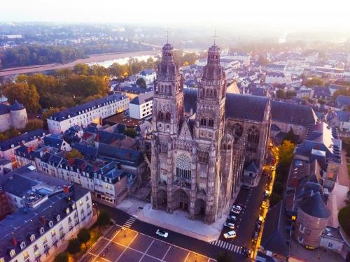 Nachtansicht der Kathedrale Saint-Gatien in Tours, Frankreich