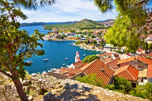 Küste von Šibenik an der kroatischen Adriaküste