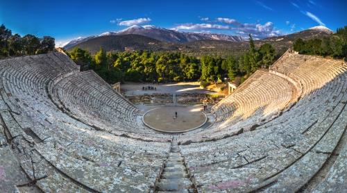 das antike Theater von Epidaurus (oder Epidauros) in der Region Argolis  auf der Peloponnes, Griechenland