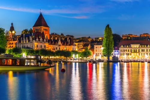 Nachtansicht von Lausanne in der Schweiz