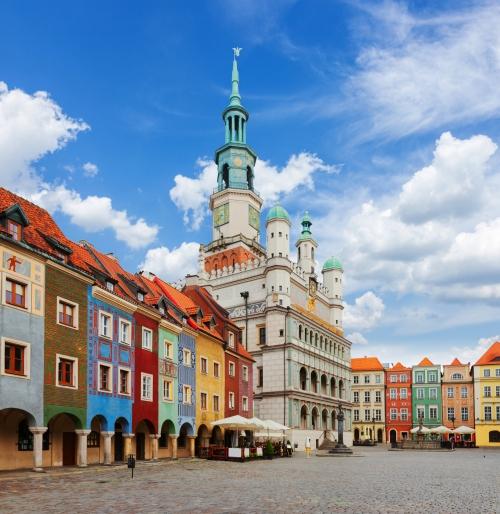llter Marktplatz in Posen mit Rathaus an einem sonnigen Tag, Polen