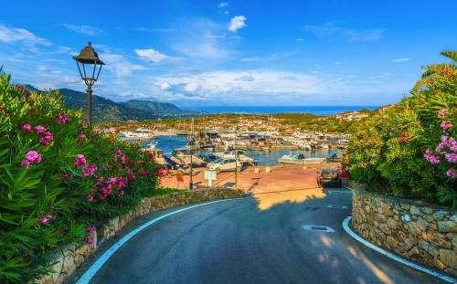 Blick auf den Hafen von Porto Rotondo auf Sardinien, Italien