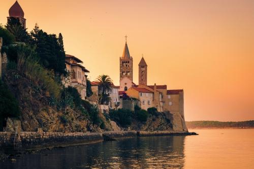 Blick auf die Stadt Rab auf der gleichnamigen Insel, Kroatien