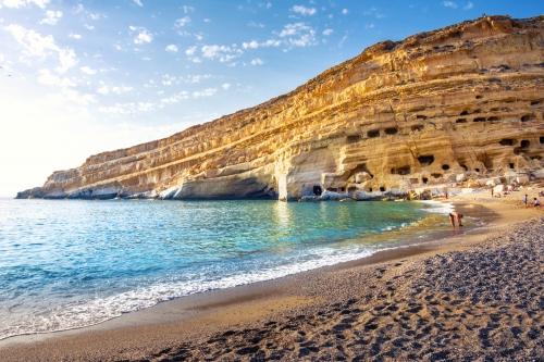 Strand mit Höhlen in den Felsen: das Hippiedorf Matala auf der griechischen Insel Kreta