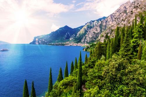 Blick auf Bardolino am Gardasee in der Region Venetien, Italien