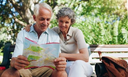 älteres Paar liest den Stadtplan